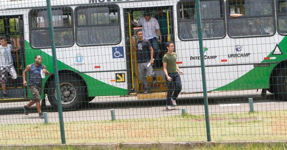 3.nov.2012 - Grupo desce do ônibus apressado para o primeiro dia de provas do Enem em Campinas, no interior de São Paulo, neste sábado (3)