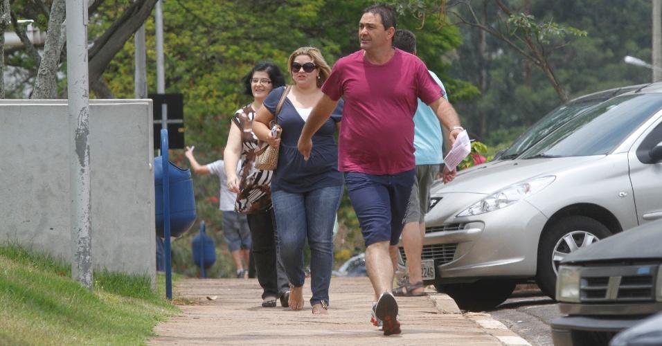 3.nov.2012 - Grupo se apressa para não perder o primeiro dia de provas do Enem em Campinas, no interior de São Paulo, neste sábado (3)