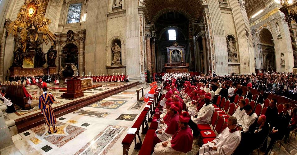3.nov.2012 - Papa Bento 16 celebra missa na basílica de São Pedro, no Vaticano, em homenagem aos cardiais e bispos mortos neste ano