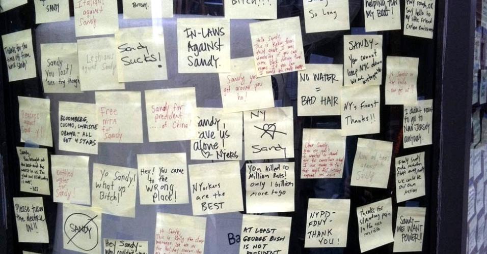 3.nov.2012 ?Imagem de sexta-feira (2) mostra recados e anotações sobre o furacão Sandy que foram fixados na fachada de uma loja na região da Broadway, em Nova York
