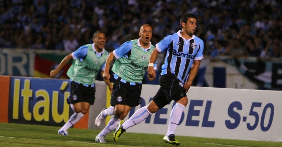 André Lima comemora gol aos 45 do segundo tempo em vitória do Grêmio