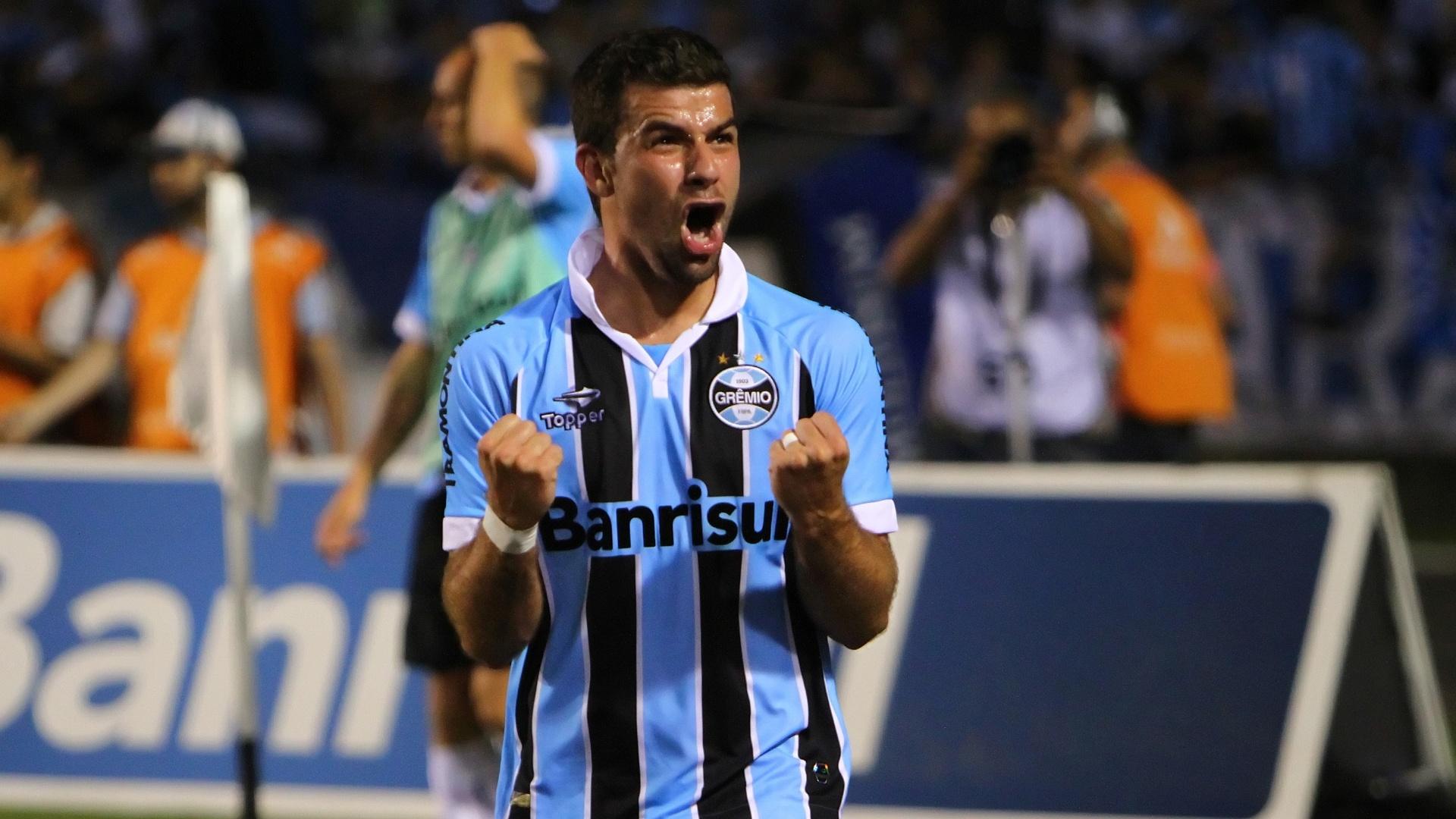 André Lima vibra após marcar no fim da partida contra a Ponte Preta no Olimpico