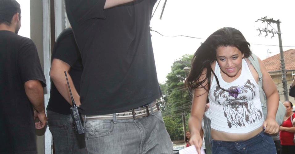 Atrasados correm para pegar os portões abertos, na zona oeste de São Paulo