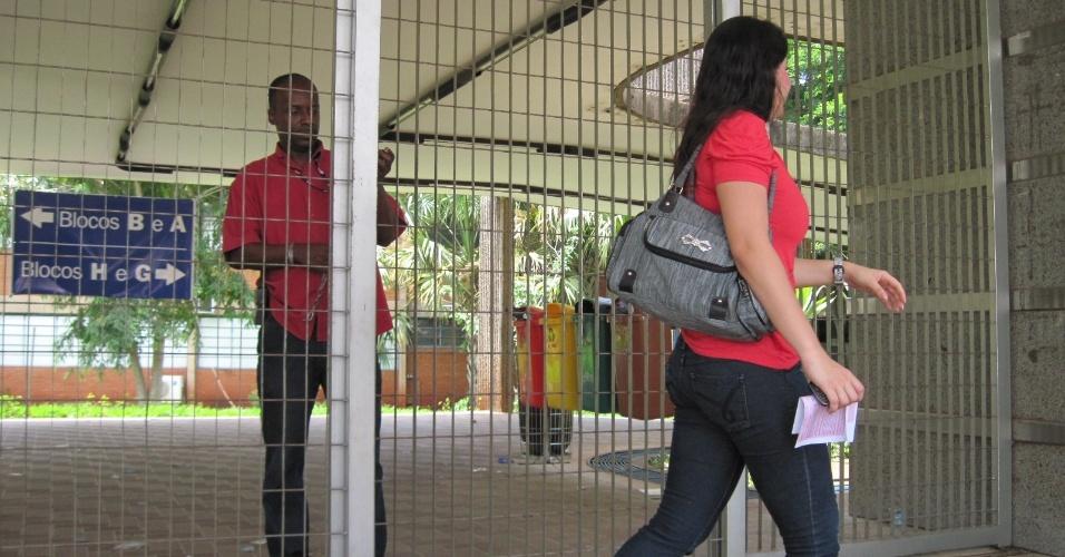 3.nov.2012 - Candidata chega à local de prova para fazer prova do Enem 2012 neste sábado (3) em Ribeirão Preto