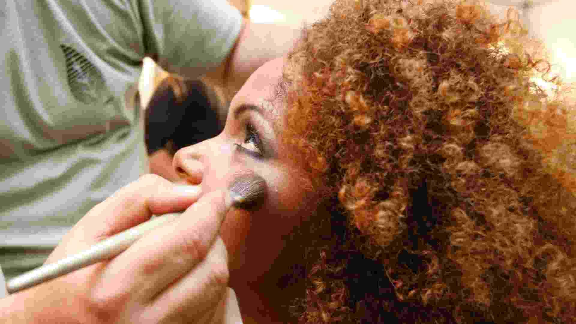 Candidata é maquiada para escolha da Rainha do Carnaval 2013, no Rio de Janeiro (3/11/12) - Marcelo de Jesus/UOL