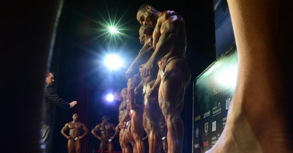 Cheios de óleo, participantes concorrem em campeonato de fisiculturismo na Rússia, neste sábado