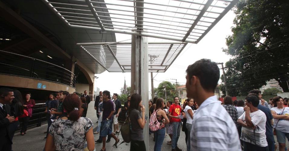 3.nov.2012 - Estudantes entram em local de prova na zona oeste de São Paulo