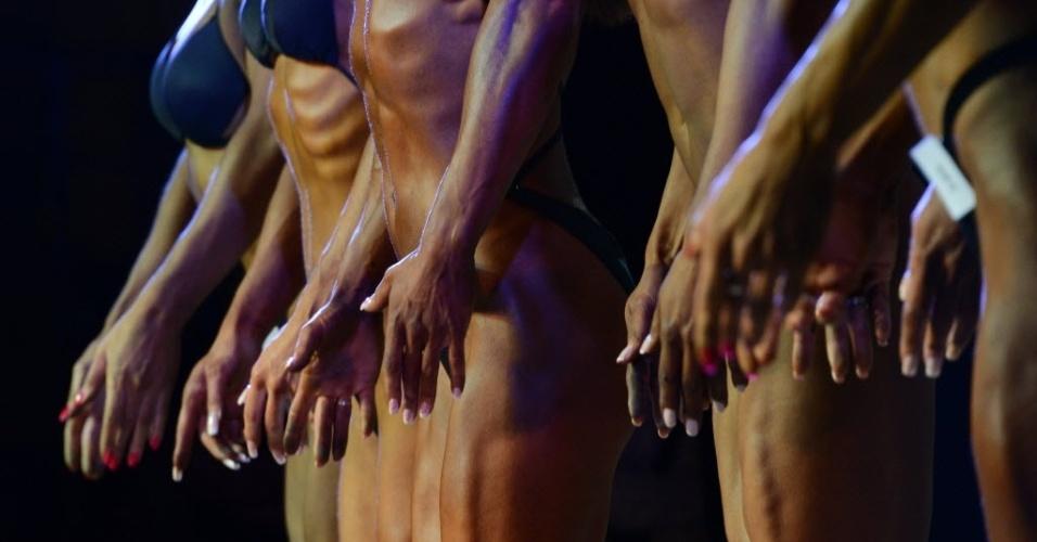 Garotas mostram preocupação não só com os corpos, mas com as unhas para campeonato de fisiculturismo na Rússia