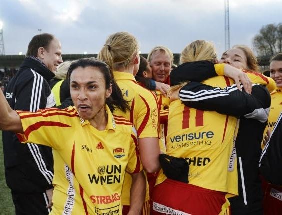 Marta comemora com jogadoras título do Campeonato Sueco