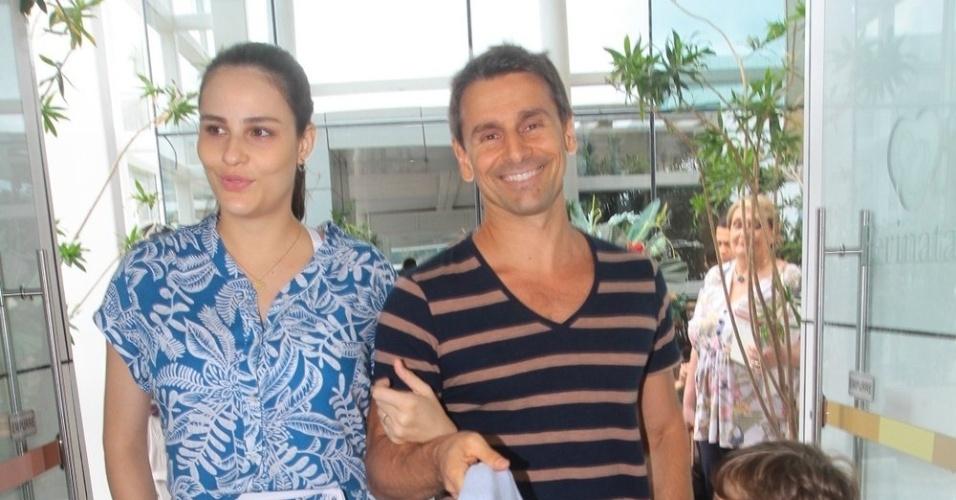 Murilo Rosa e Fernanda Tavares deixam a maternidade Perinatal, na Barra da Tijuca, com os filhos Lucas, de 5 anos, e Artur, recém-nascido. Segundo informação do pai da modelo, Artur nasceu às 23h05 de quinta-feira (1º) pesando 3,85kg. (3/11/2012)