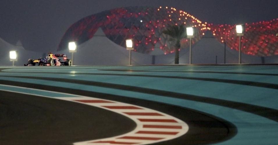 Sebastian Vettel entra em curva durante treino de classificação para o GP de Abu Dhabi (03/11/2012)