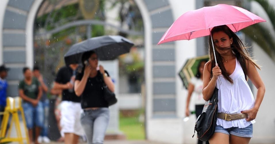 4.nov.2012 - 23 - Karine Nogueira foi uma das primeiras a acabar a prova do ENEM na PUC Minas, em Belo Horizonte