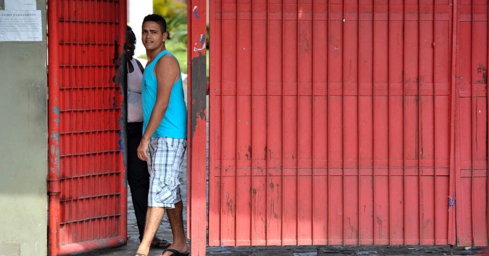 4.nov.2012 - Almiro Carvalho, de 24 anos, foi o primeiro a deixar o Colégio Luís Viana, em Salvador.