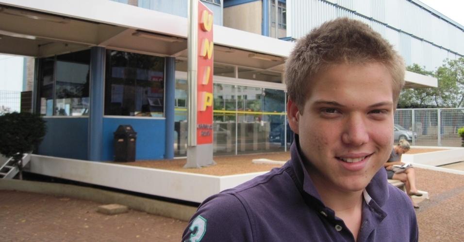 4.nov.2012 - Ao sair da unidade da Unip de Ribeirão Preto, Guilherme Fernandes afirma que achou a prova do Enem 2012 deste domingo fácil