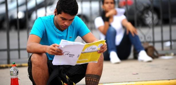 Cahê Aguiar estuda antes de começar o segundo dia do Enem 2012, em Minas Gerais