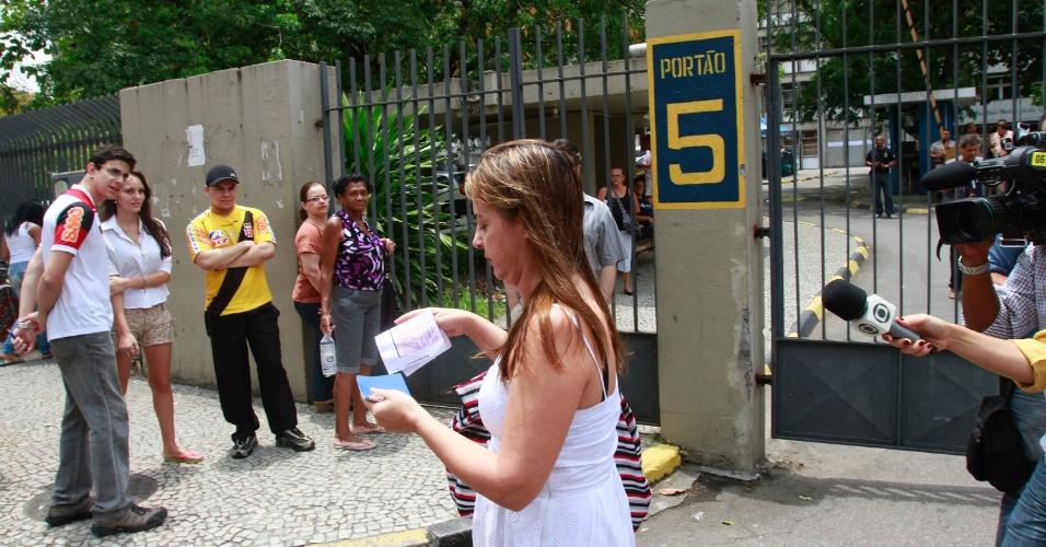 4.nov.2012 - Candidata chega atrasada no segundo dia de provas do Enem 2012 e é impedida de realizar o exame no Rio de Janeiro