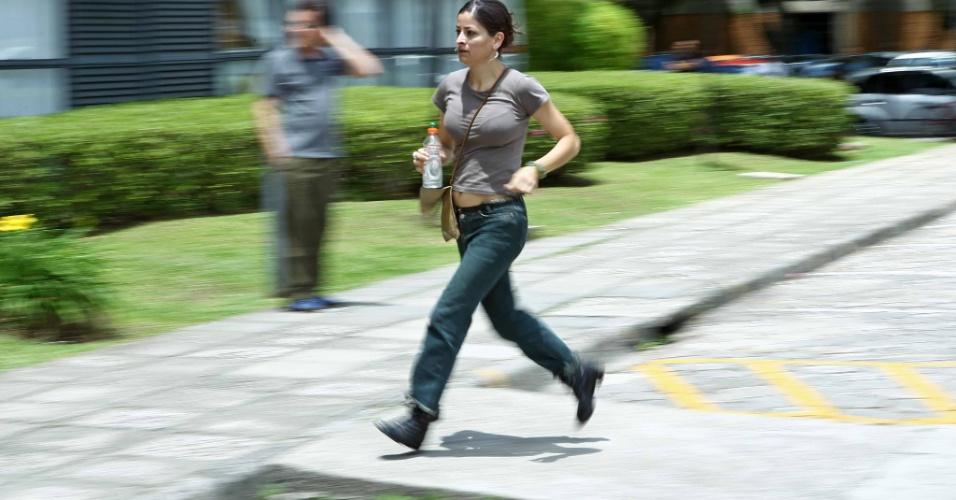 4.nov.2012 - Candidata Claudia Ortiz não consegue chegar a tempo para prova do segundo dia do Enem 2012 em Curitiba
