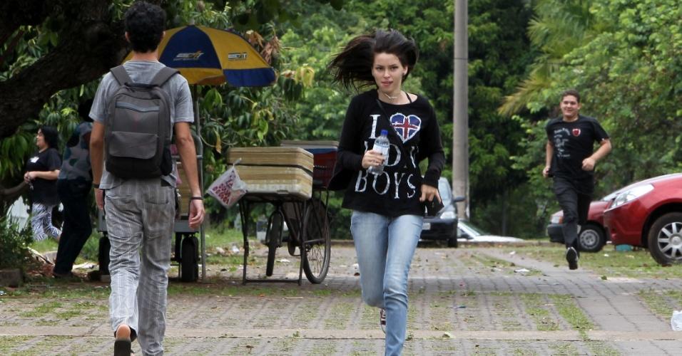 4.nov.2012 - Candidata corre para não perder a hora do segundo dia de provas do Enem 2012 em Pernambuco