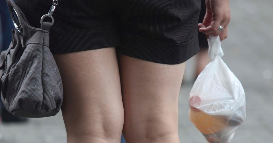 4.nov.2012 - Candidata leva sacolinha com suco e comida para a realização do segundo dia de provas do Enem 2012 em São Paulo