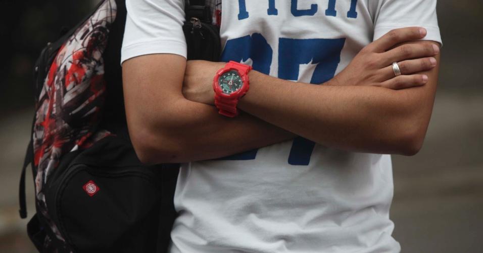 4.nov.2012 - Candidato com relógio, item proibido nos locais de prova do Enem 2012, aguarda abertura dos portões do segundo dia de exame em São Paulo