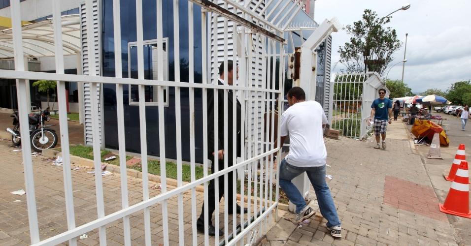 4.nov.2012 - Candidato corre e quase perde o horário do segundo dia de provas do Enem 2012 em Brasília