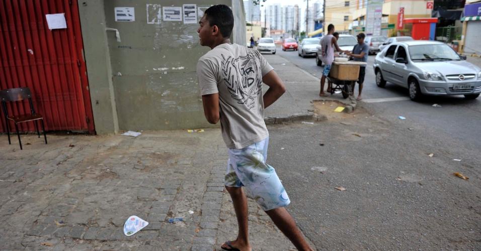4.nov.2012 - Candidato corre para chegar antes do fechamento dos portões do segundo dia de provas do Enem 2012 em Salvador
