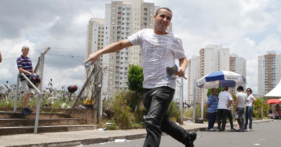 4.nov.2012 - Candidato corre para chegar ao local de provas do Enem 2012 em Campinas (SP), neste domingo