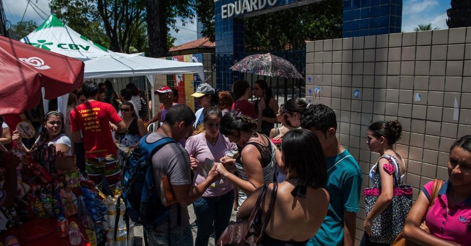 4.nov.2012 - Candidatos chegam aos locais de prova do segundo dia do Enem 2012 em Pernambuco