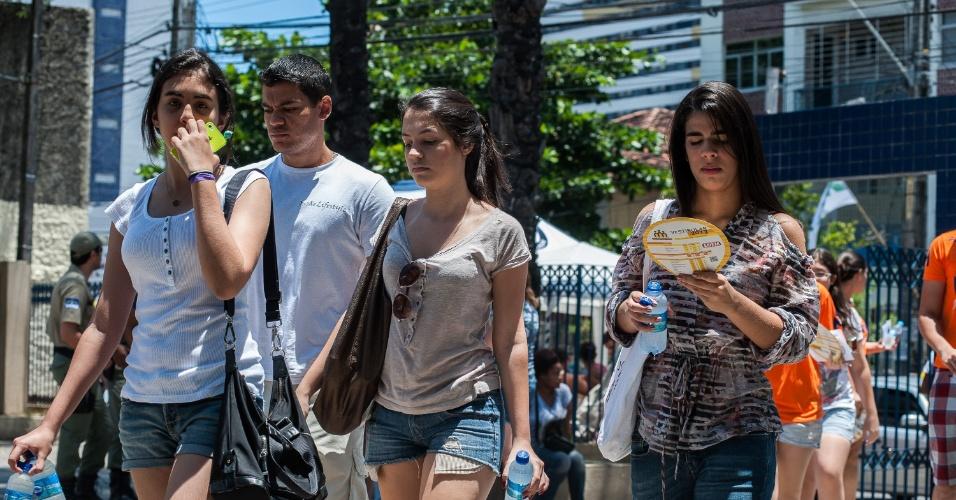 4.nov.2012 - Candidatos chegam para realizar o segundo dia de provas do Enem 2012 em Pernambuco