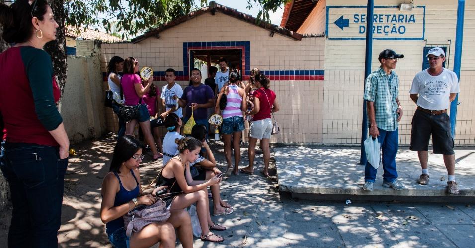 4.nov.2012 - Candidatos chegam para realizar o segundo dia de provas do Enem 2012 em Pernmabuco