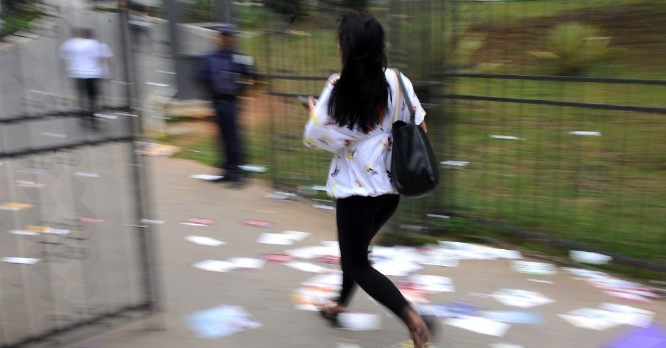 4.nov.2012 - Candidatos correm para chegar ao local de provas do Enem 2012, em Belo Horizonte, neste domingo