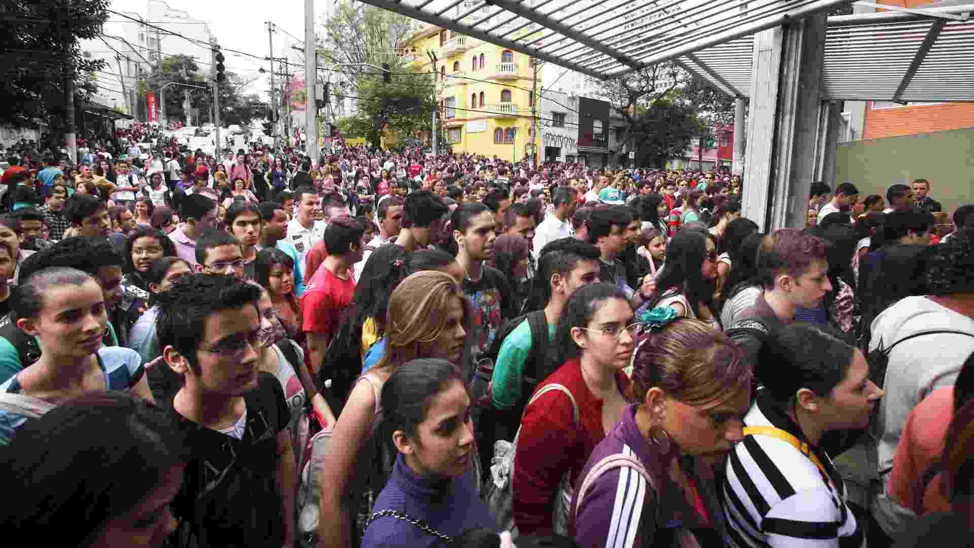 4.nov.2012 - Candidatos entram nos locais de prova do Enem 2012 na zona oeste de São Paulo - Rogério Cassimiro/UOL
