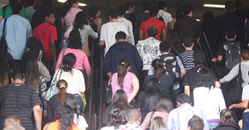 4.nov.2012 - Candidatos entram nos locais de prova do Enem 2012 na zona oeste de São Paulo