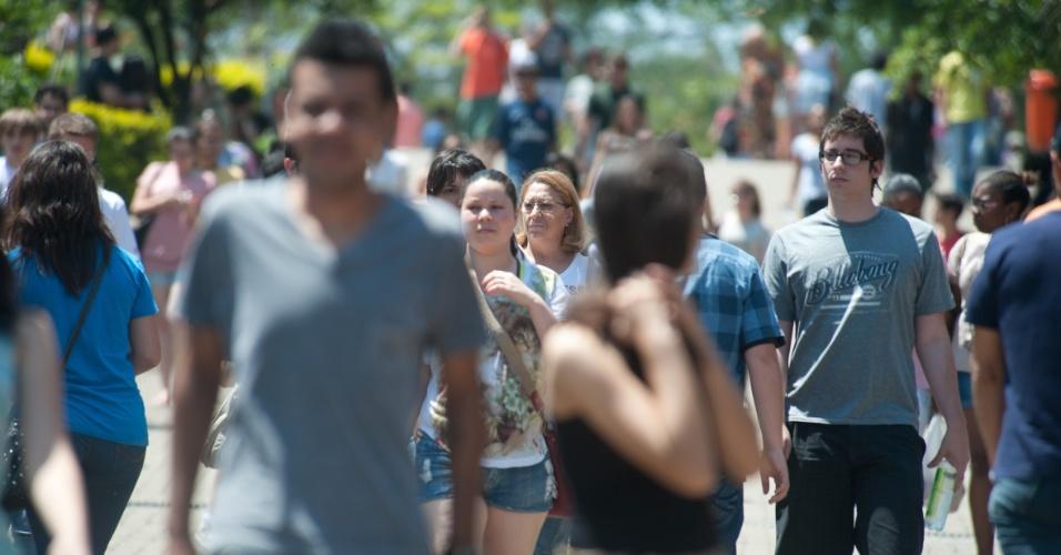 4.nov.2012 - Candidatos esperam pela abertura dos portões para a realização do Enem 2012, na Fapa, em Porto Alegre