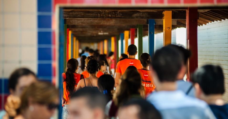4.nov.2012 - Candidatos têm acesso aos locais de prova do segundo dia de provas do Enem 2012 em Pernambuco