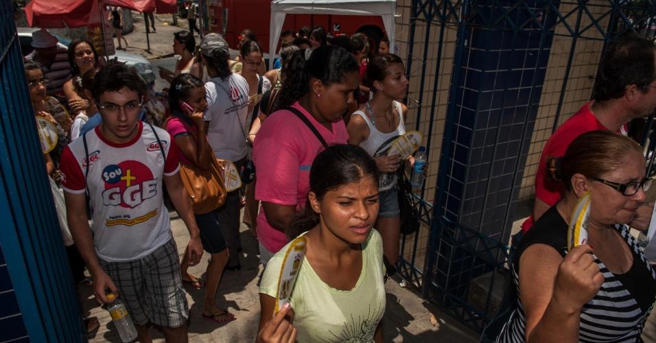 4.nov.2012 - Candidatos têm acesso aos locais de prova do segundo dia do Enem 2012 em Pernambuco