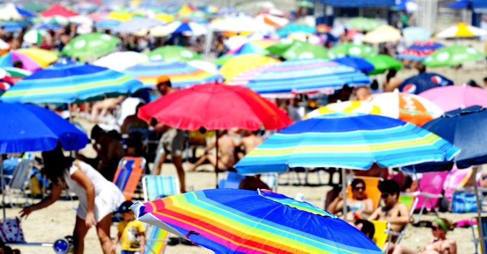 4.nov.2012 - Capão da Canoa (RS) amanheceu com céu fechado, mas o sol apareceu, o vento diminuiu e o tempo ficou perfeito para aproveitar a praia. Com o dia bom, o retorno do litoral acontece com maior intensidade a partir do meio-dia