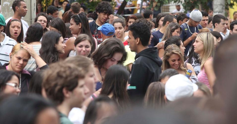 4.nov.2012 - Centenas de candidatos aguardam a abertura dos portões do segundo dia de provas do Enem 2012 na zona oeste de São Paulo