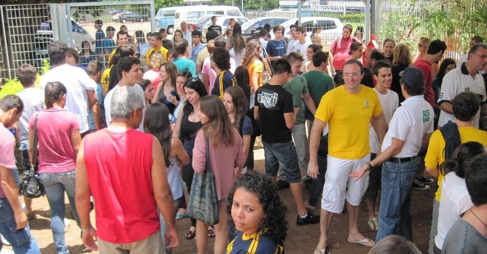 4.nov.2012 - Concentração de candidatos em frente a um local de provas do Enem 2012 em Ribeirão Preto (SP) neste domingo