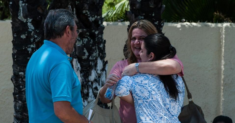 4.nov.2012 - Familiares se despedem dos candidato no segundo dia de provas do Enem 2012 em Pernambuco
