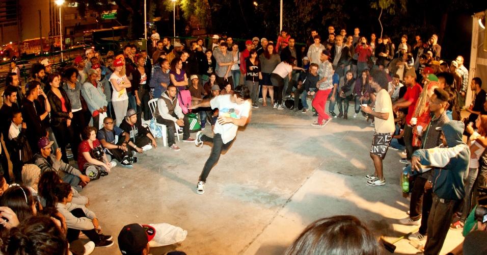 """4.nov.2012 - Festival Satyrianas, que termina neste domingo (4), apresenta batalha de """"b-boys"""" em tenda hip-hop na praça Roosevelt, região central de São Paulo"""