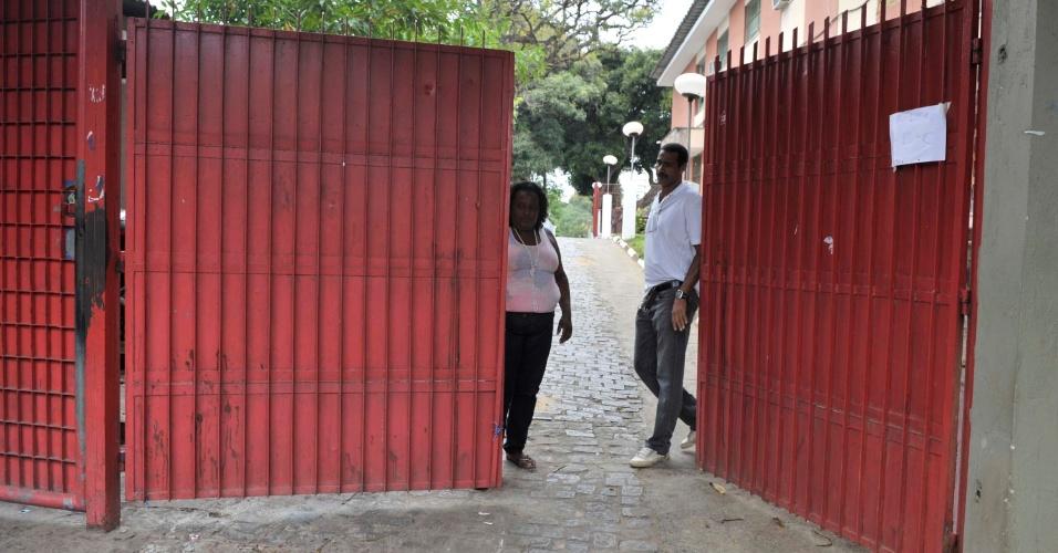 4.nov.2012 - Fiscais fecham os portões de acesso aos locais de prova do segundo dia do Enem 2012 em Salvador