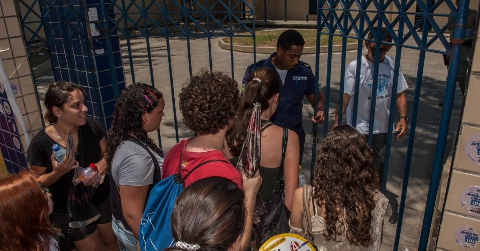 4.nov.2012 - Fiscal abre os portões dos locais de prova do Enem 2012 em Pernambuco
