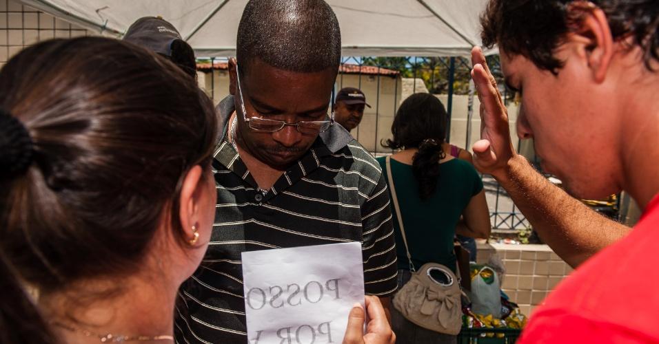 4.nov.2012 - Grupo religioso ora pelos candidatos que farão as provas do segundo dia do Enem 2012 em Pernambuco