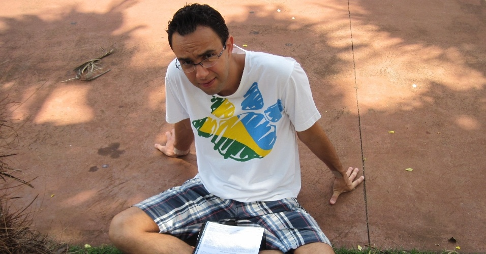 4.nov.2012 - Helder Oliveira, de 32 anos, formado em farmácia, presta o Enem 2012 em Ribeirão Preto (SP) para tentar uma vaga em medicina