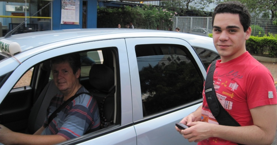4.nov.2012 - João Paulo Rathsam, de 19 anos, chega à prova do Enem 2012 em Ribeirão Preto (SP) para tentar uma vaga em medicina