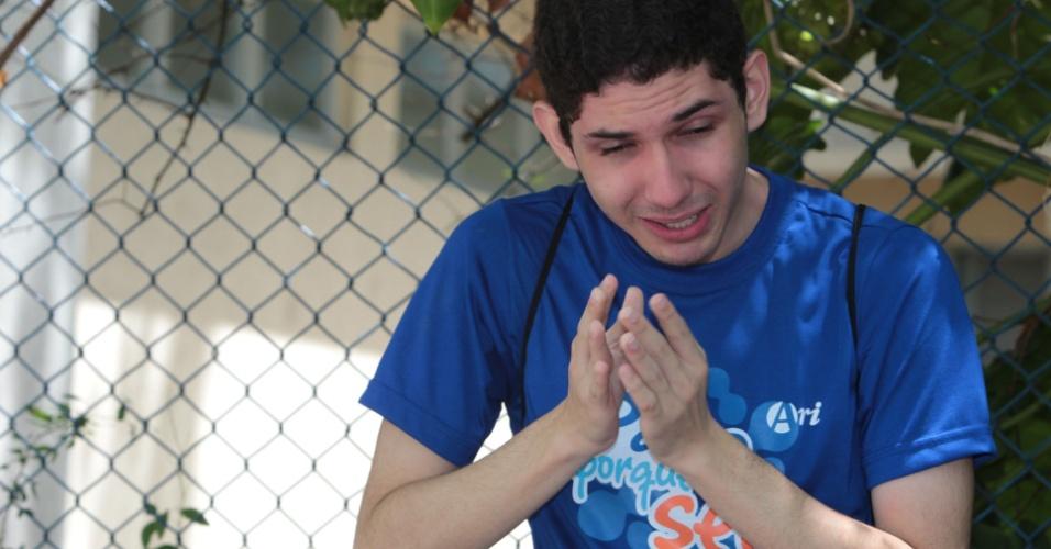 4.nov.2012 - Luan Leite chora ao encontrar os portões fechados no campus da Universidade de Fortaleza (Unifor). Ele tentava uma vaga em Odontologia. Muito triste, disse que fez uma boa prova ontem, no primeiro dia do Enem 2012
