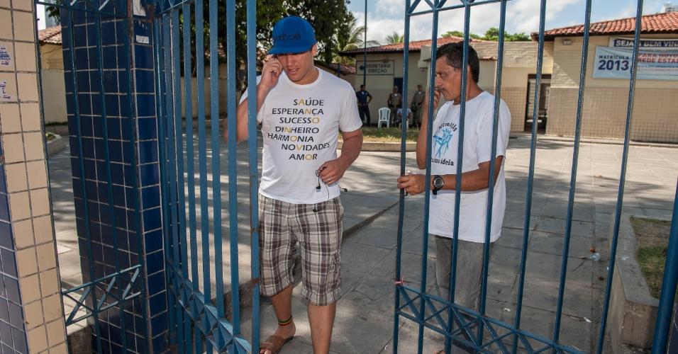 4.nov.2012 - Manoel Alves, 23, é o primeiro a sair do segundo dia de prova do Enem 2012, assim que os portões se abriram, às 14h (horário local) em Pernambuco
