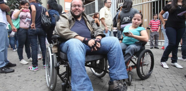 Marcello Martins Rochael, 43, e Nataly Natanie Miranda, 19, aguardam a abertura dos portões - Rogério Cassimiro/UOL