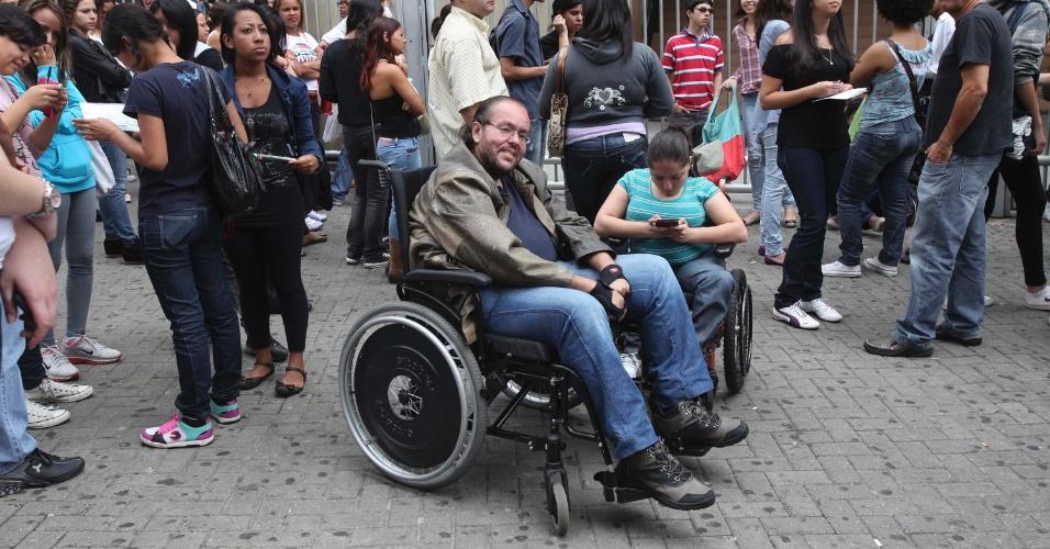 4.nov.2012 - Marcello Martins Rochael, 43, e Nataly Natanie Miranda, 19, aguardam a abertura dos portões do segundo dia de provas do Enem 2012 na zona oeste de São Paulo
